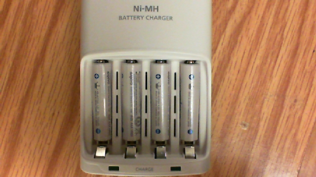 Ni-MH battery charger with dual flashing LEDs and 4 AAA cells