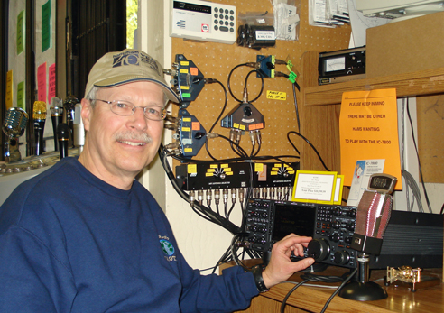 Pat at HRO poses with big Icom rig that he can't possibly afford.