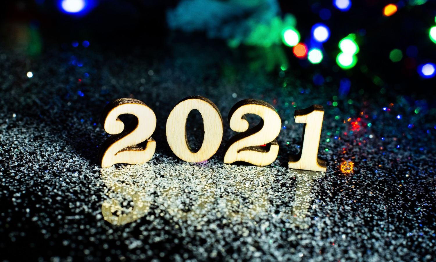 Photo of the numbers 2021 in sparkling gold.