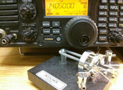 The IC-7200 tuned to14.050 CW and the Bencher paddle.