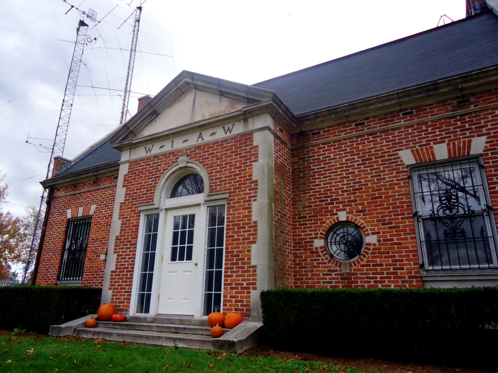 Photo of building that houses W1AW with tower and antennas to the left of the building.